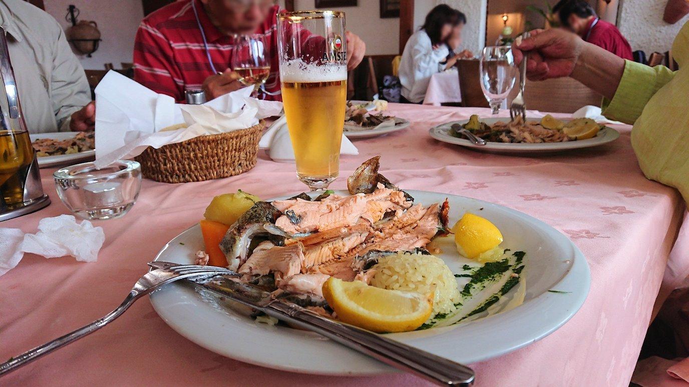 北マケドニアのオフリドのレストランで昼食を9