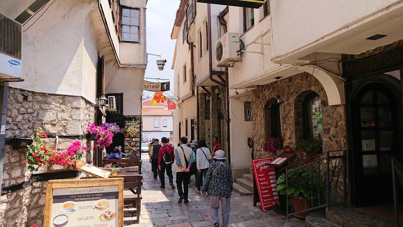 北マケドニアのオフリドで中心街を歩く
