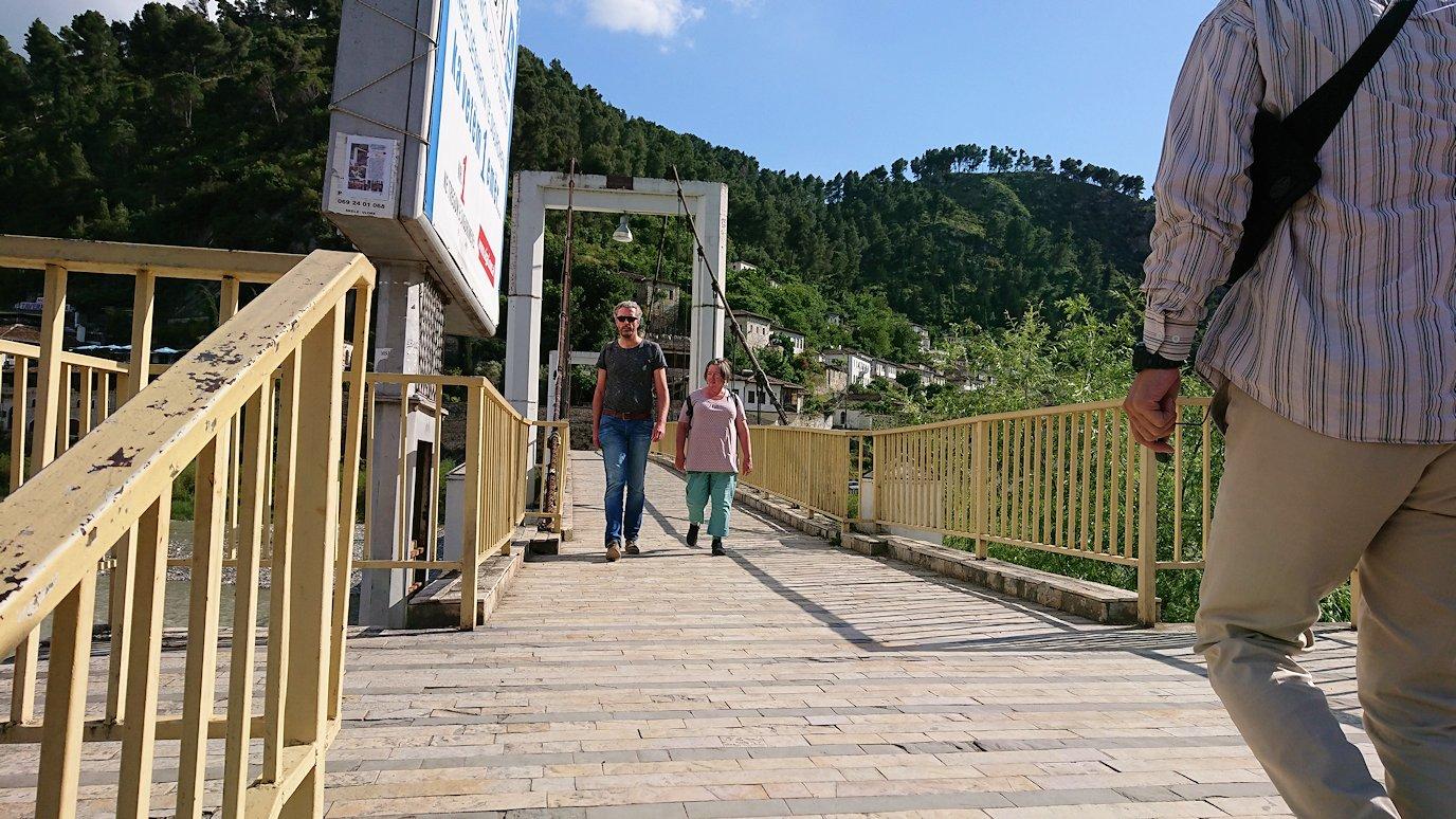 アルバニアで世界遺産のベラトの街で川を渡る