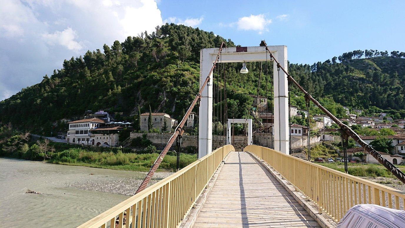 アルバニアで世界遺産のベラトの街で川を渡る1