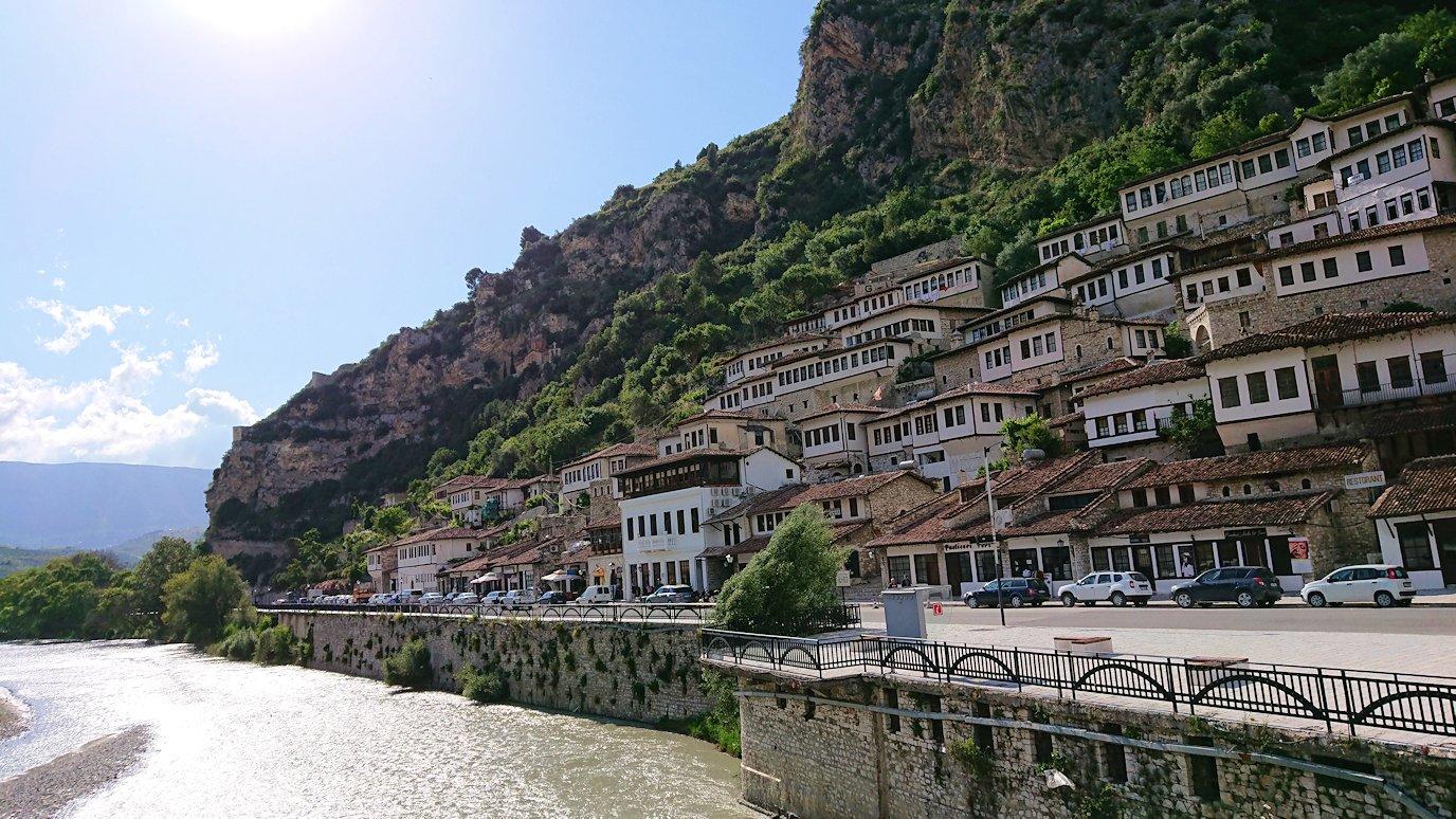 アルバニアで世界遺産のベラトの街で川を渡る2