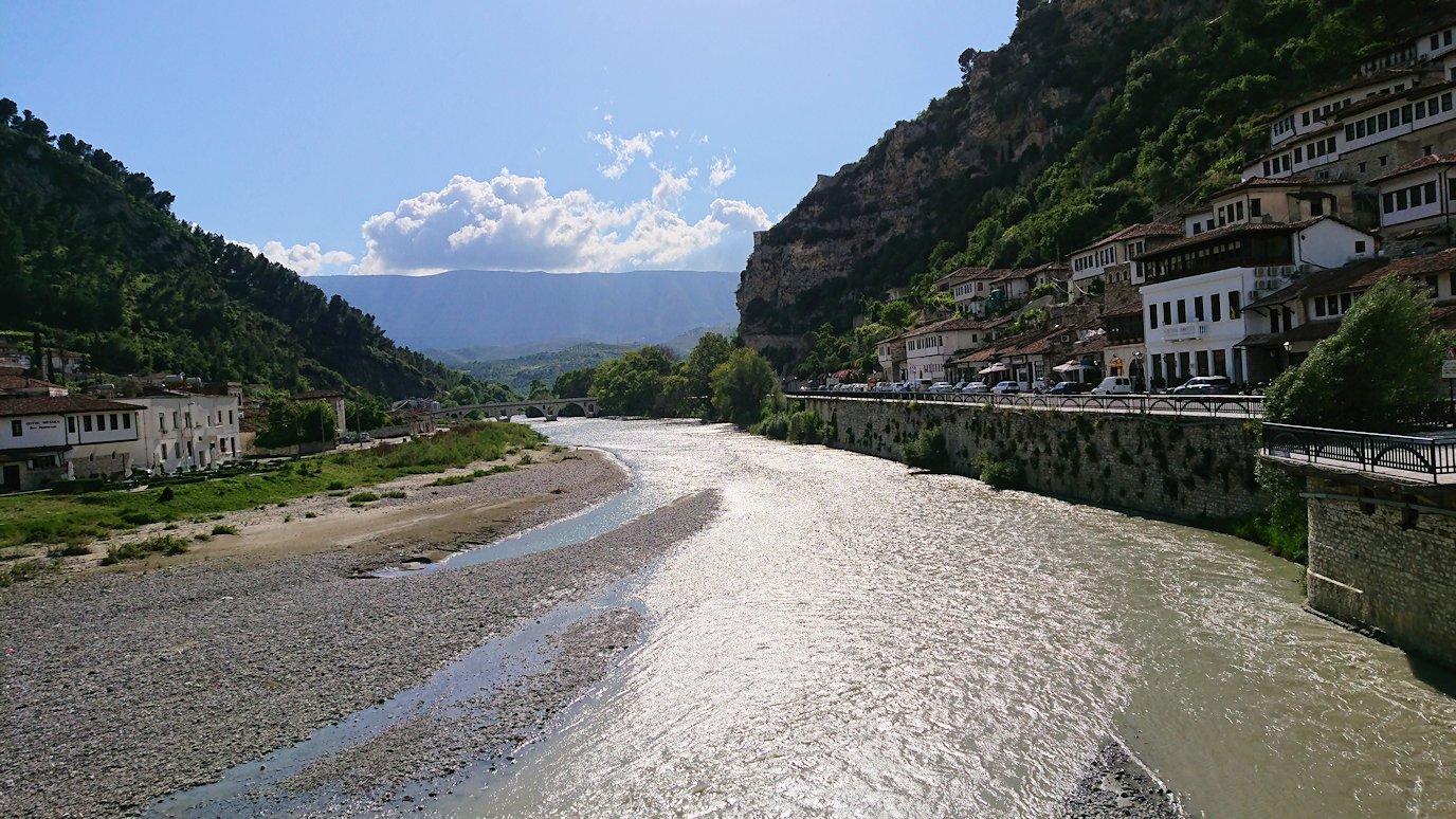アルバニアで世界遺産のベラトの街で川を渡る3