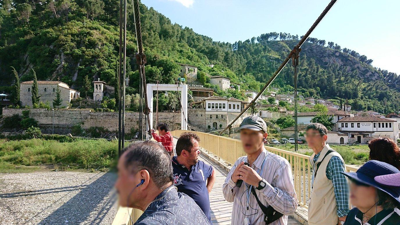 アルバニアで世界遺産のベラトの街で川を渡る4