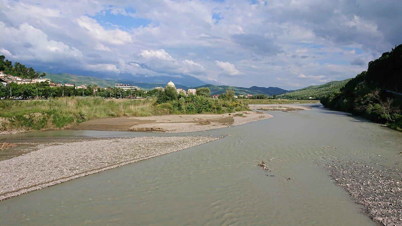 アルバニアで世界遺産のベラトの街で川を渡る5