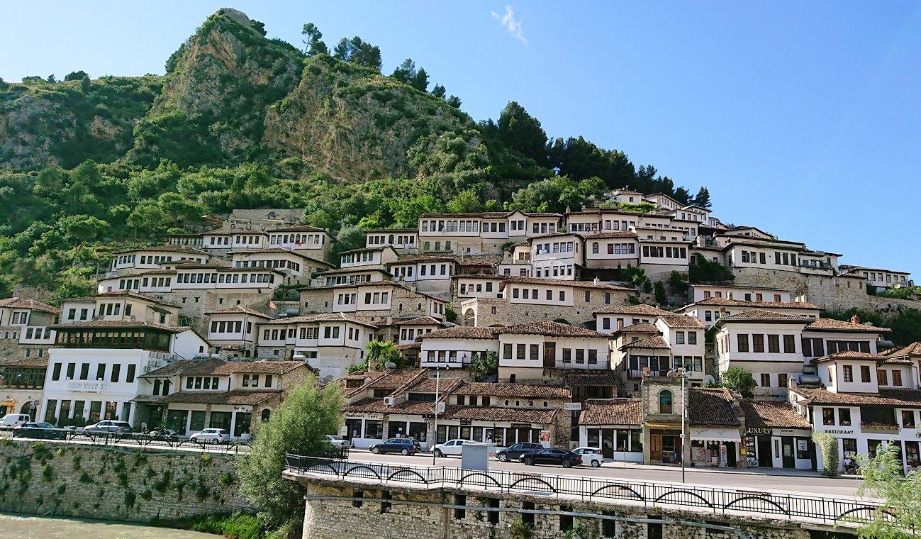 アルバニアで世界遺産のベラトの街で川を渡る6