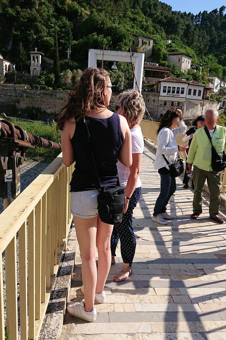 アルバニアで世界遺産のベラトの街で川を渡る7