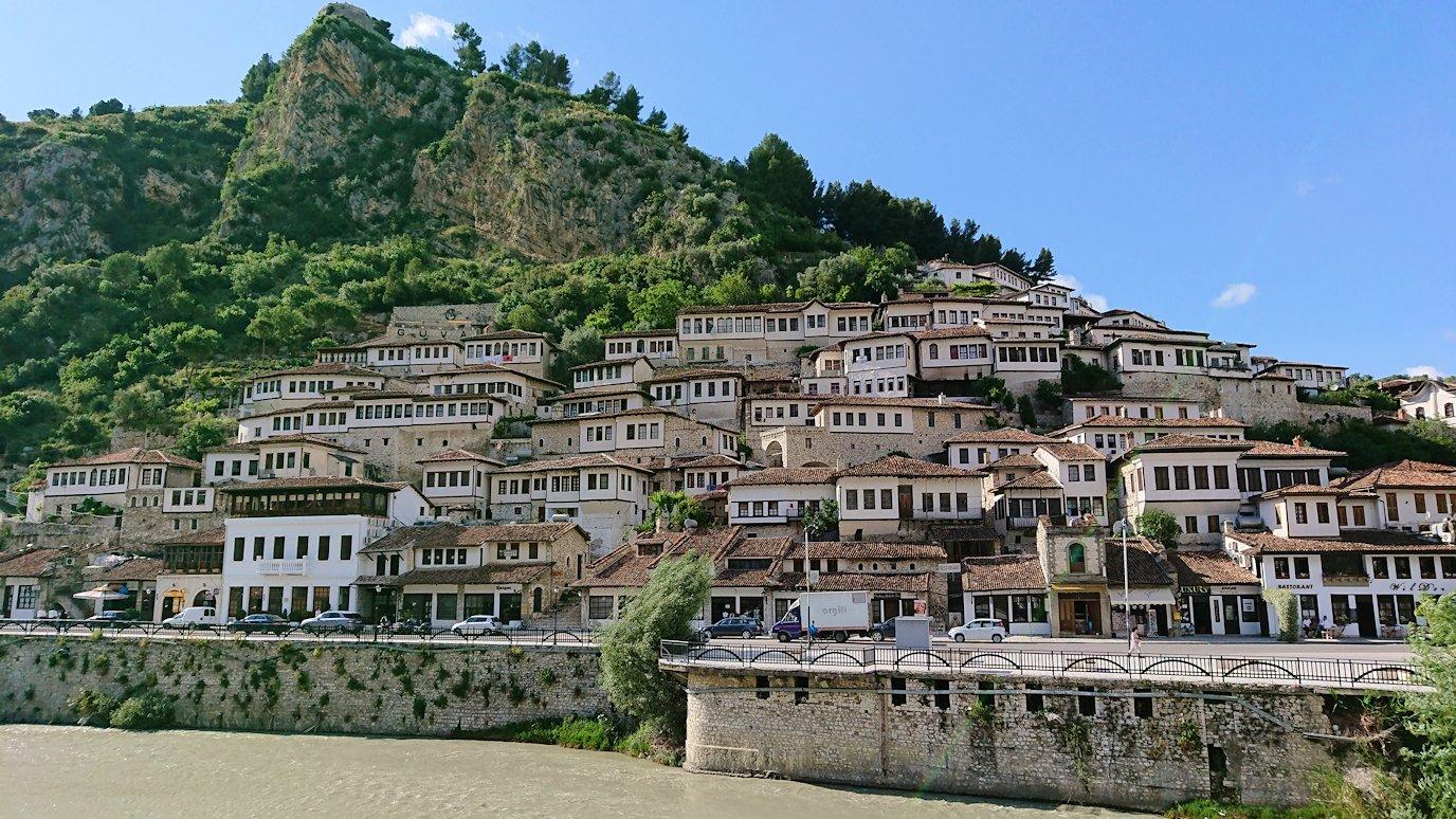 アルバニアで世界遺産のベラトの街で川を渡る9