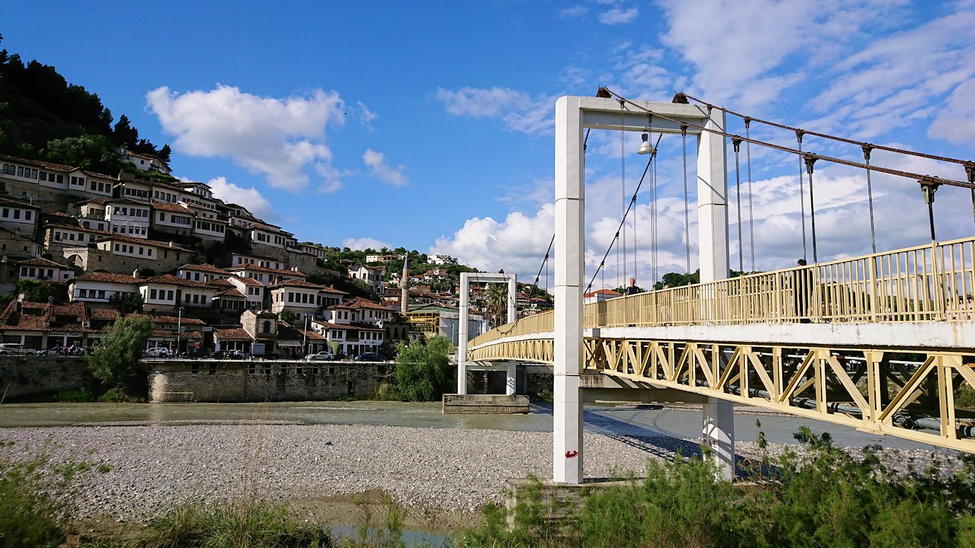 アルバニアで世界遺産のベラトの街でゴリツァ地区に渡る