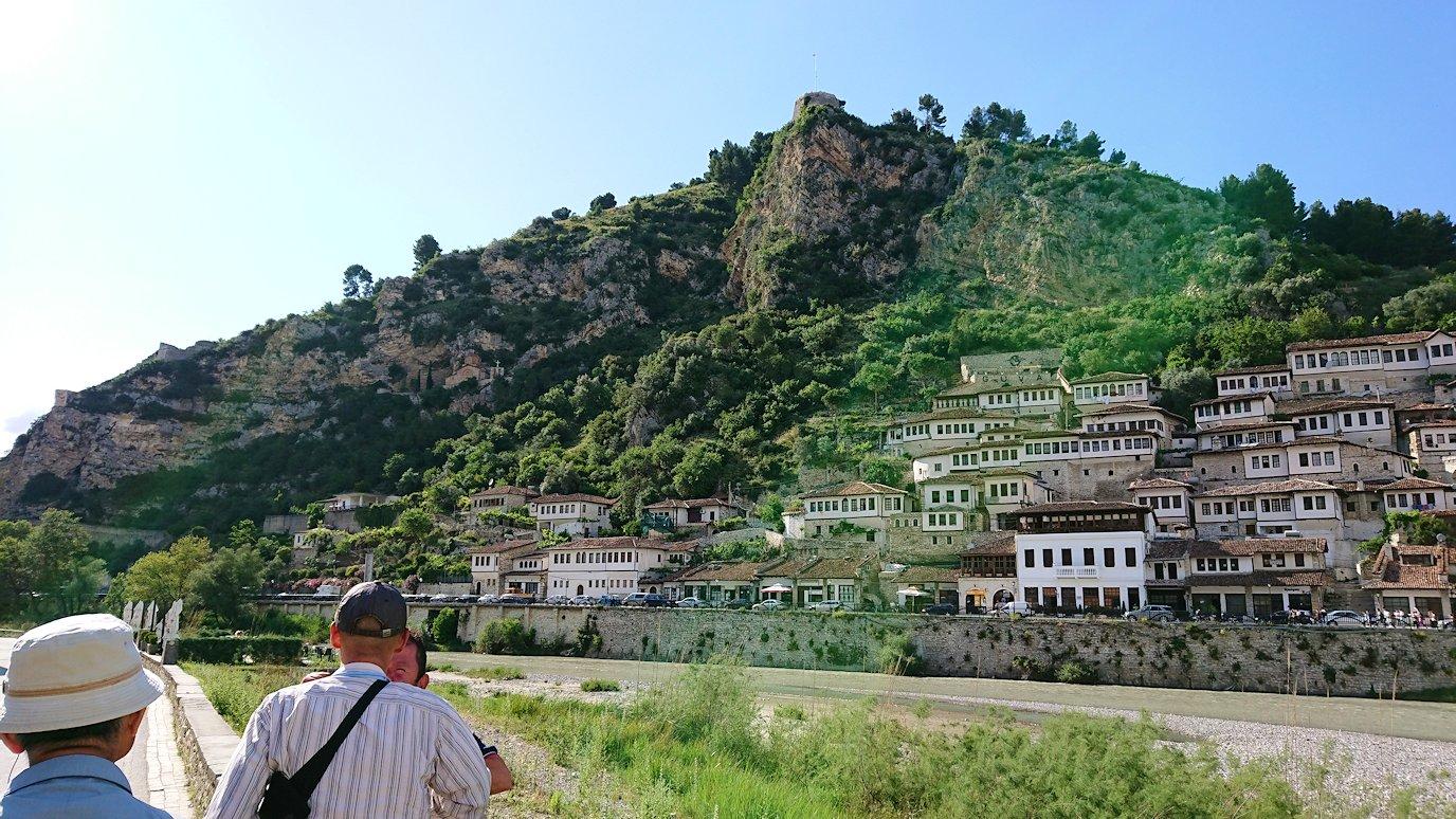 アルバニアで世界遺産のベラトの街でゴリツァ地区に渡る1