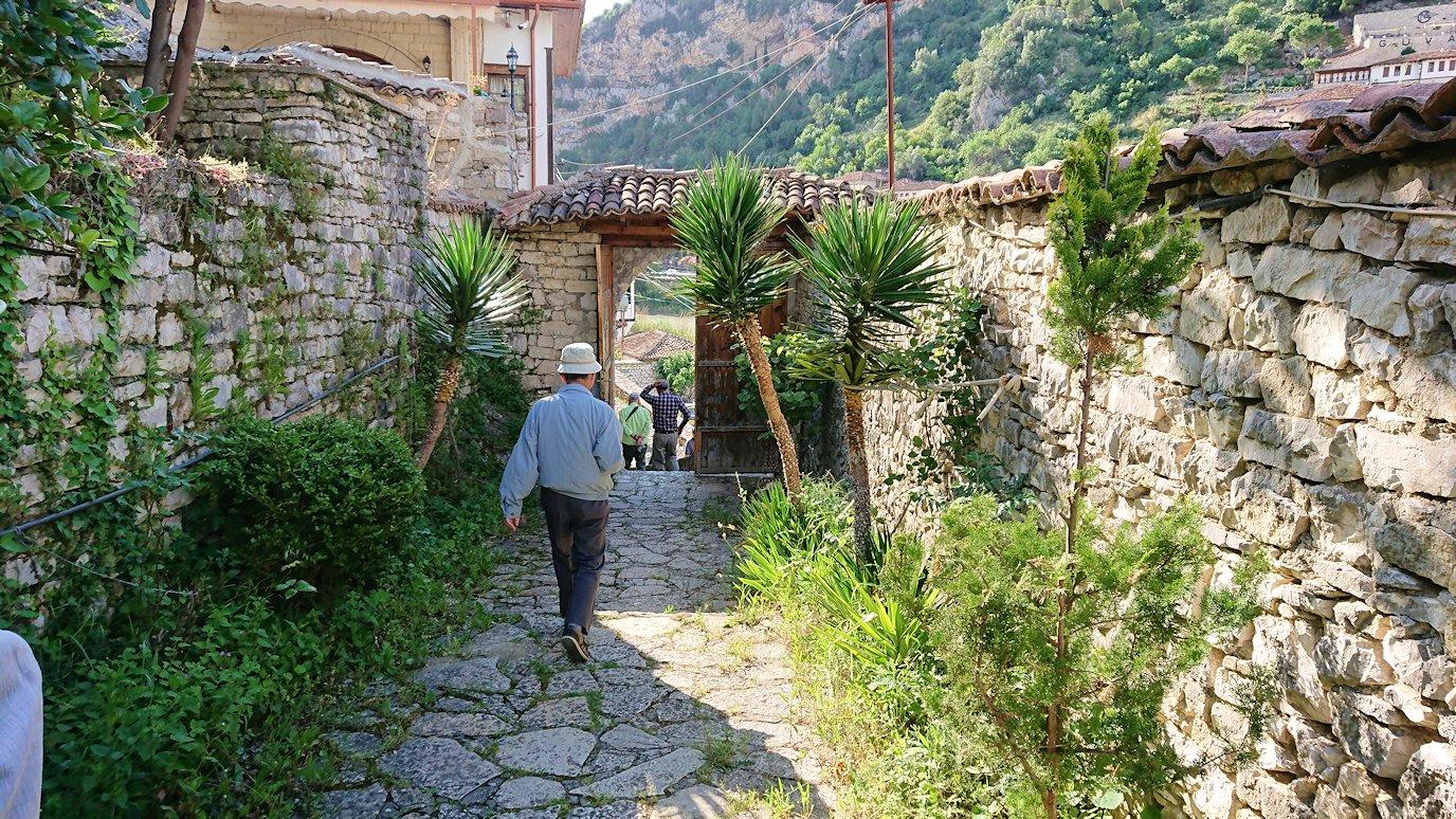 アルバニアで世界遺産のベラトの街を見学し、ティラナへ向かいます