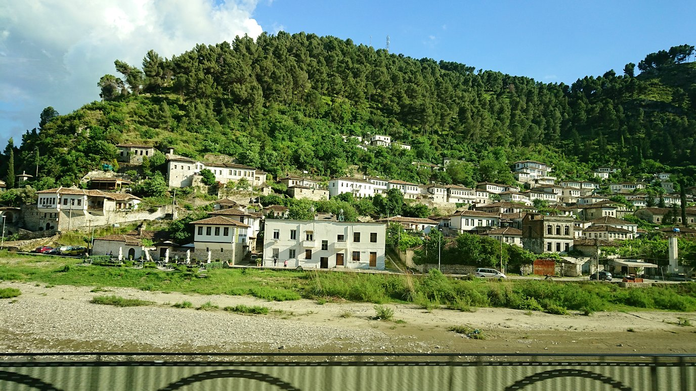 アルバニアで世界遺産のベラトの街を見学し、ティラナへ向かいます6