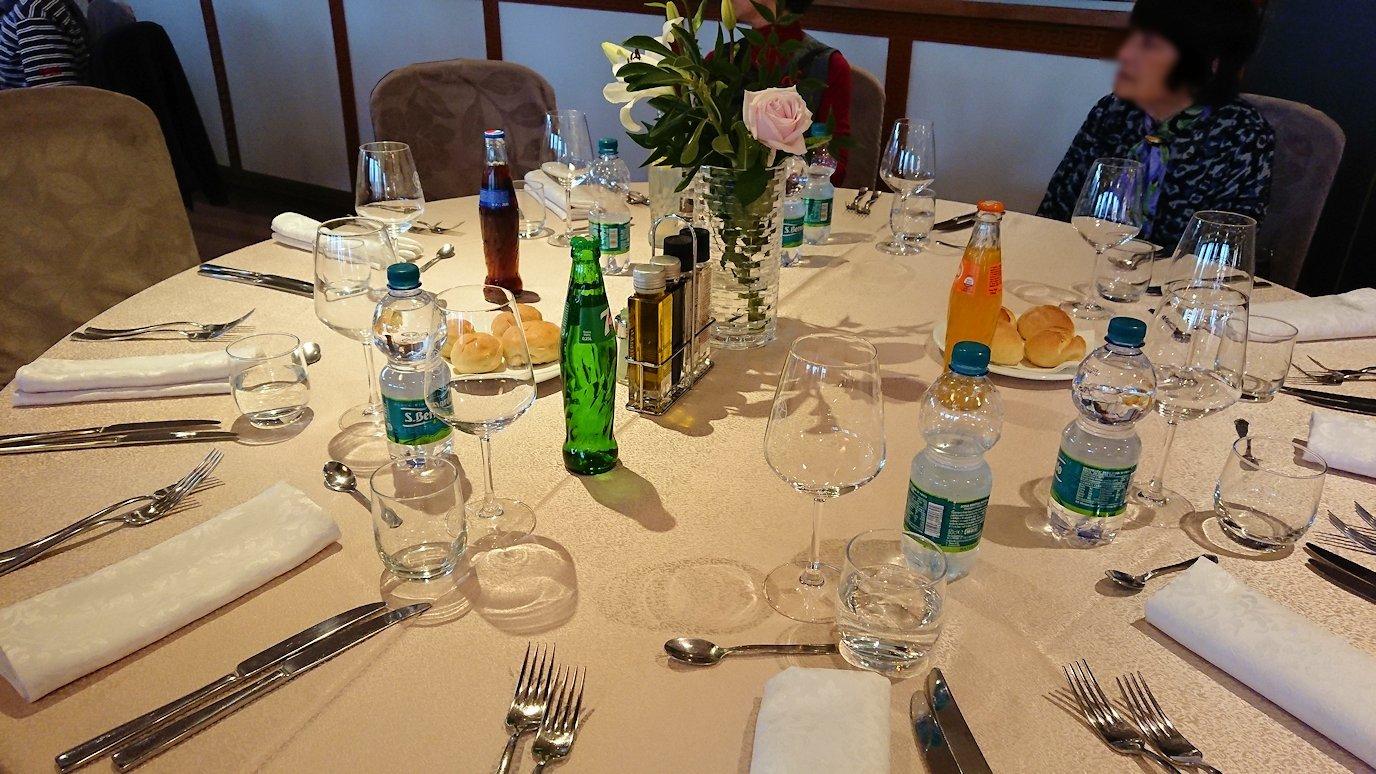 アルバニアで首都ティラナのホテル・インターナショナルで夕食に向かう9