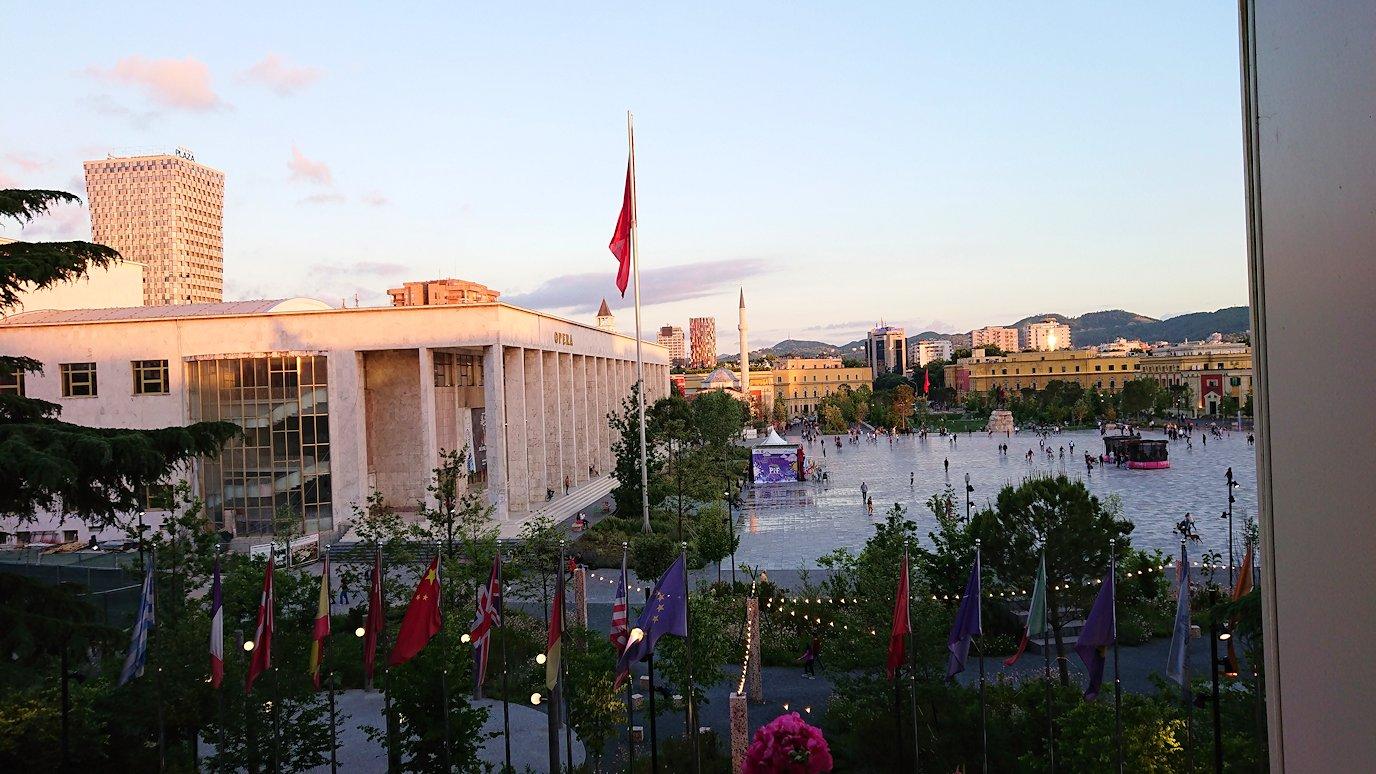 アルバニアで首都ティラナのホテル・インターナショナルで夕食に向かう
