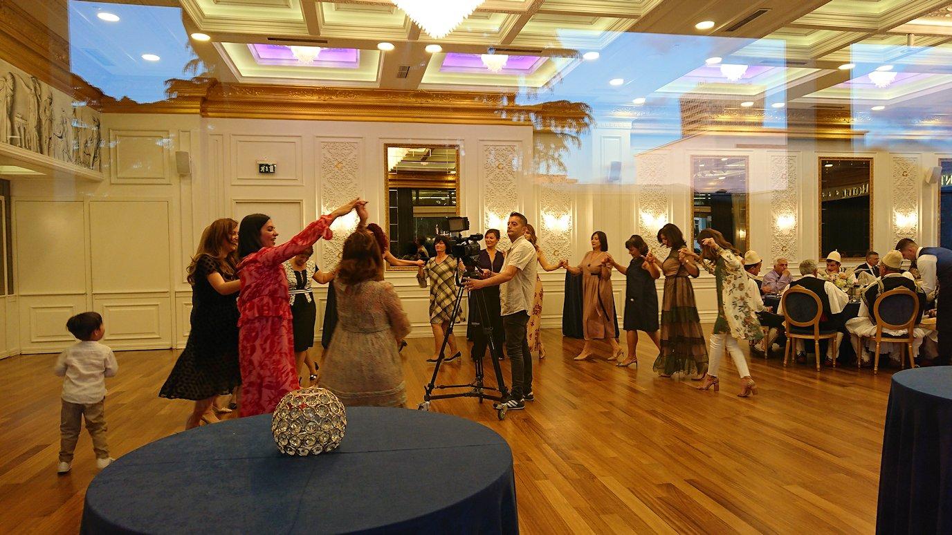 アルバニアで首都ティラナのホテル・インターナショナルで夕食に向かう2