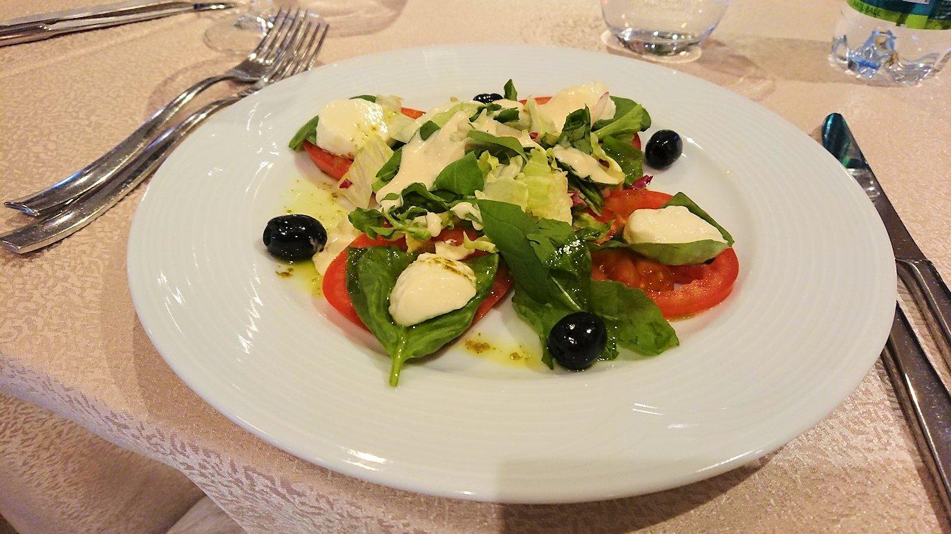 アルバニアで首都ティラナのホテル・インターナショナルで夕食に向かう5