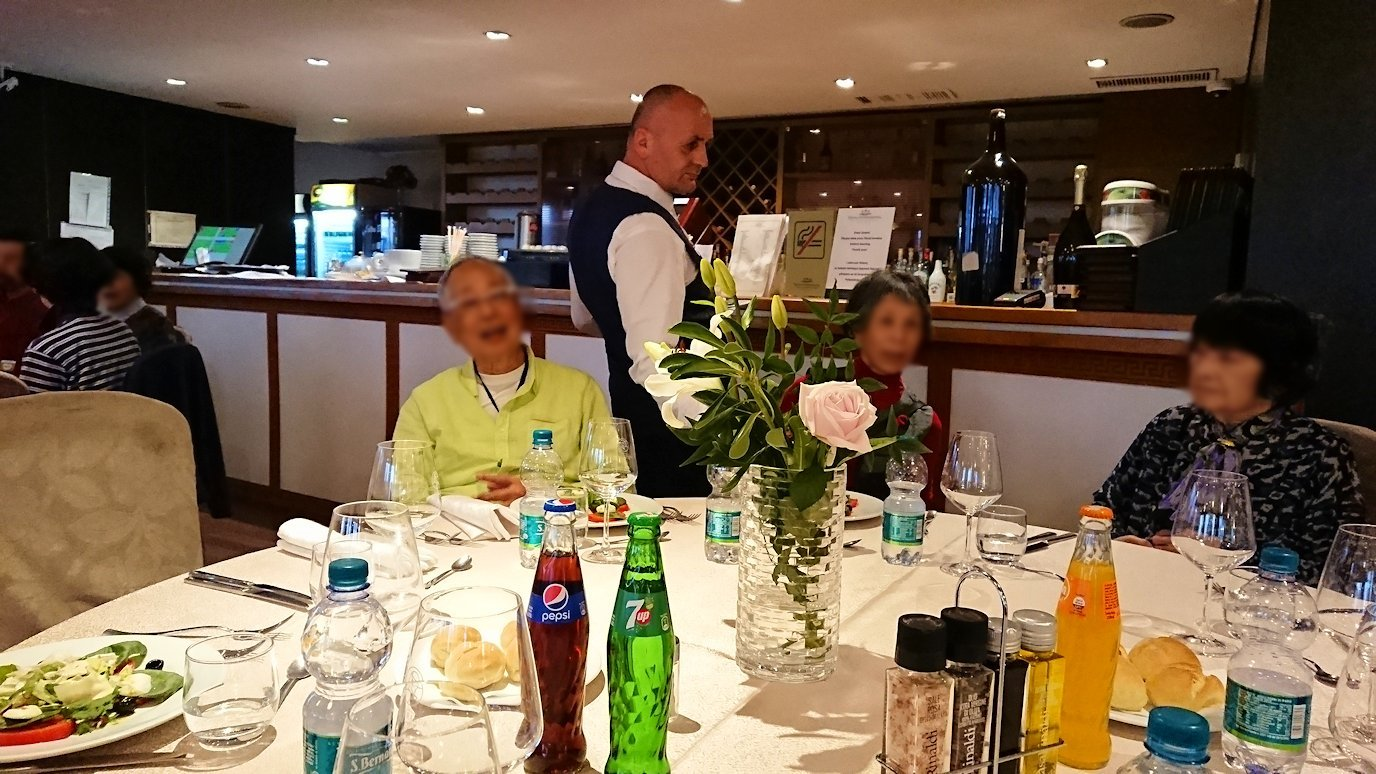 アルバニアで首都ティラナのホテル・インターナショナルで夕食に向かう6