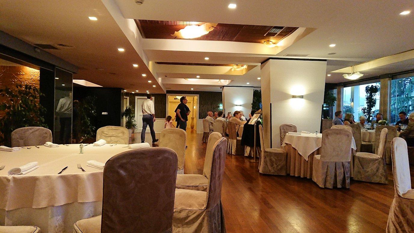 アルバニアで首都ティラナのホテル・インターナショナルで夕食をレストランで食べる