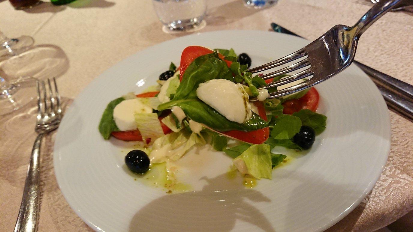 アルバニアで首都ティラナのホテル・インターナショナルで夕食をレストランで食べる1