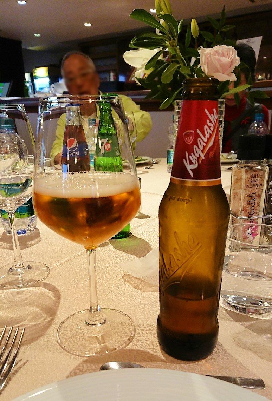 アルバニアで首都ティラナのホテル・インターナショナルで夕食をレストランで食べる2