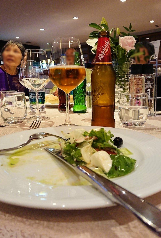 アルバニアで首都ティラナのホテル・インターナショナルで夕食をレストランで食べる3