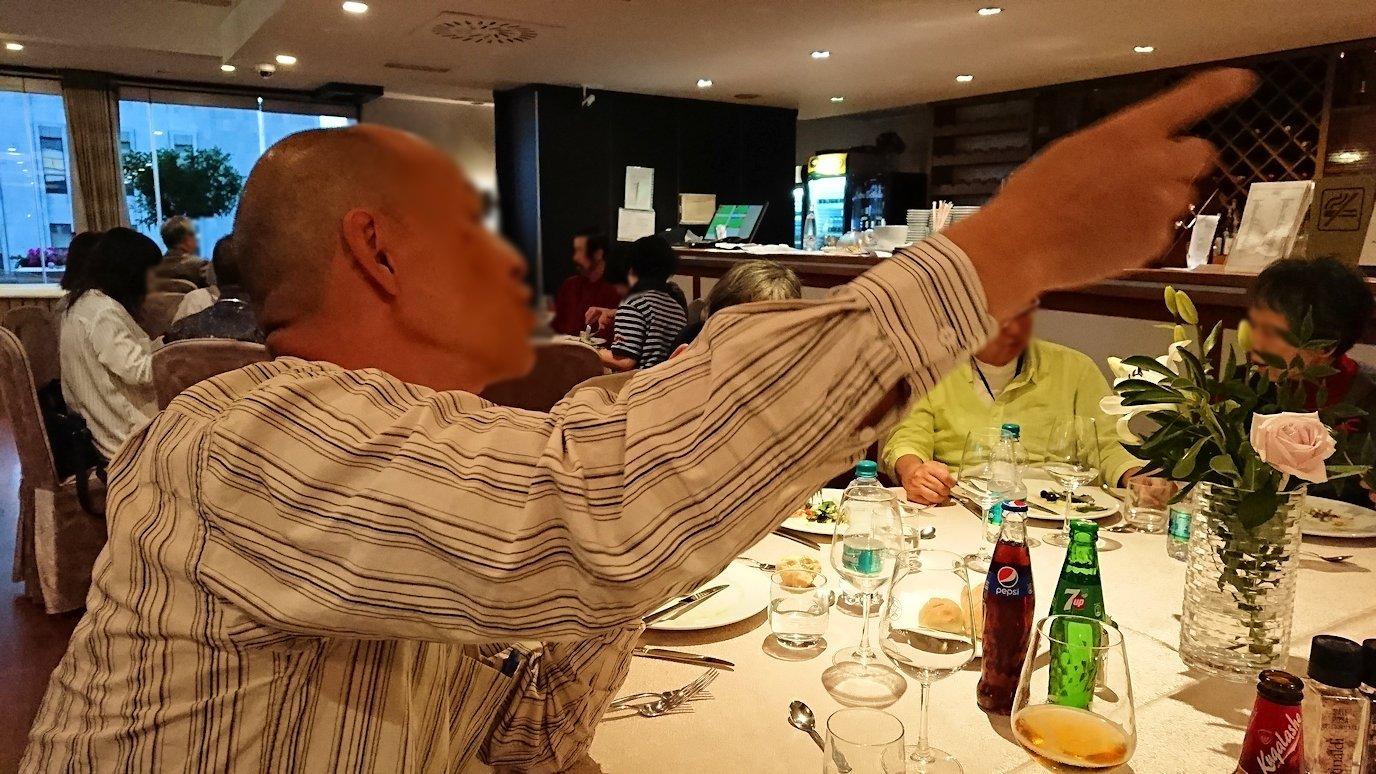 アルバニアで首都ティラナのホテル・インターナショナルで夕食をレストランで食べる4