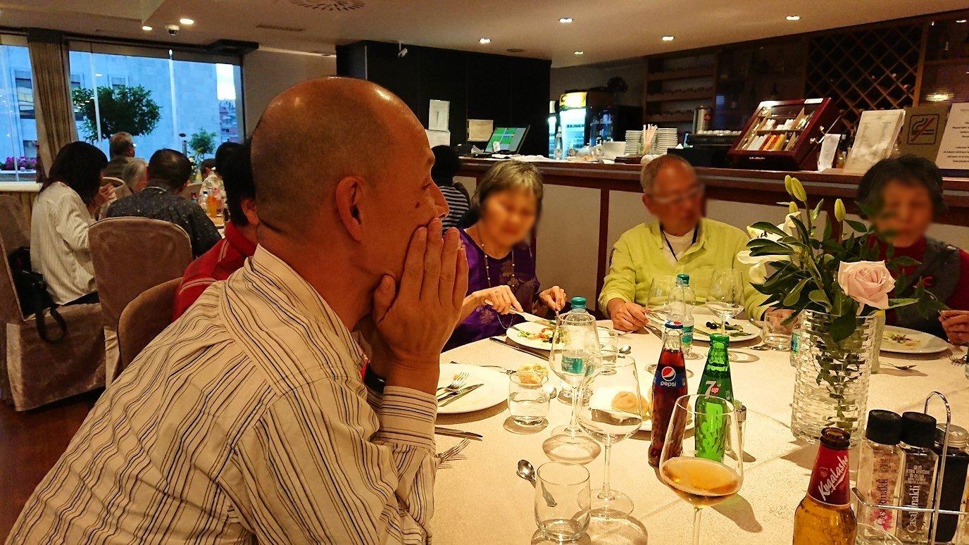アルバニアで首都ティラナのホテル・インターナショナルで夕食をレストランで食べる5