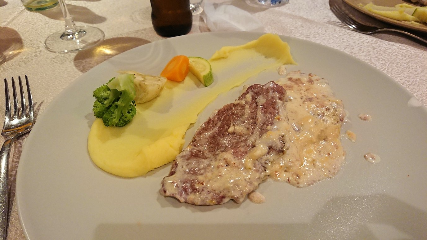 アルバニアで首都ティラナのホテル・インターナショナルで夕食をレストランで食べる7
