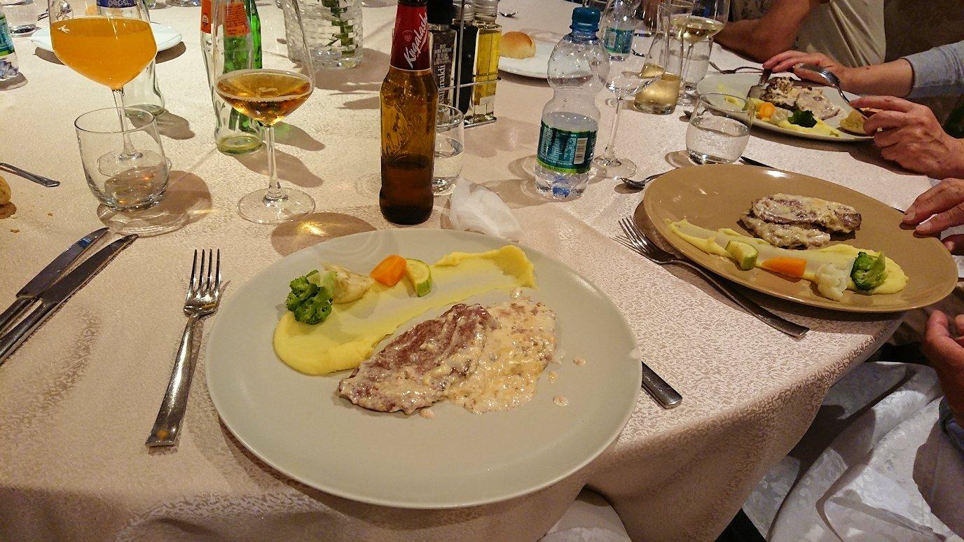 アルバニアで首都ティラナのホテル・インターナショナルで夕食をレストランで食べる8