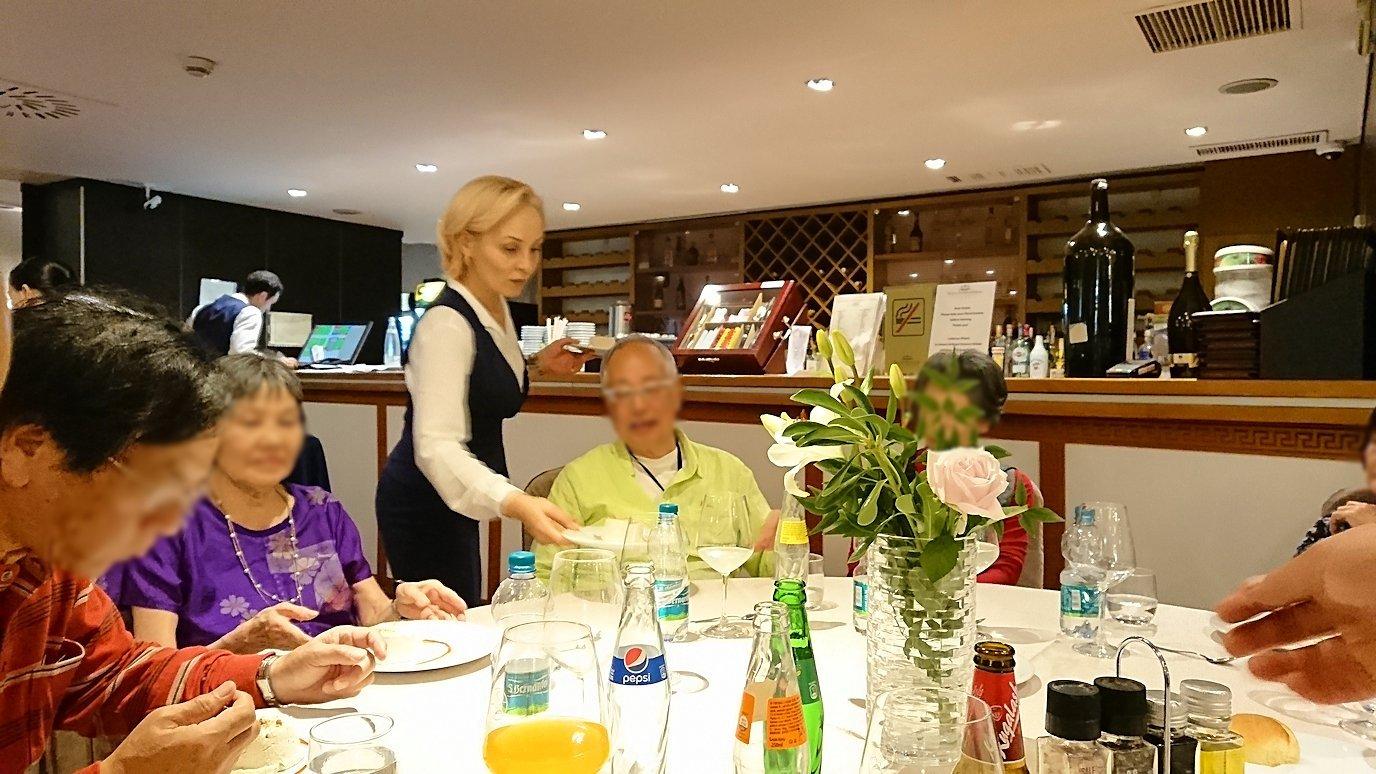 アルバニアで首都ティラナのホテル・インターナショナルで夕食を美味しくいただくのであった6