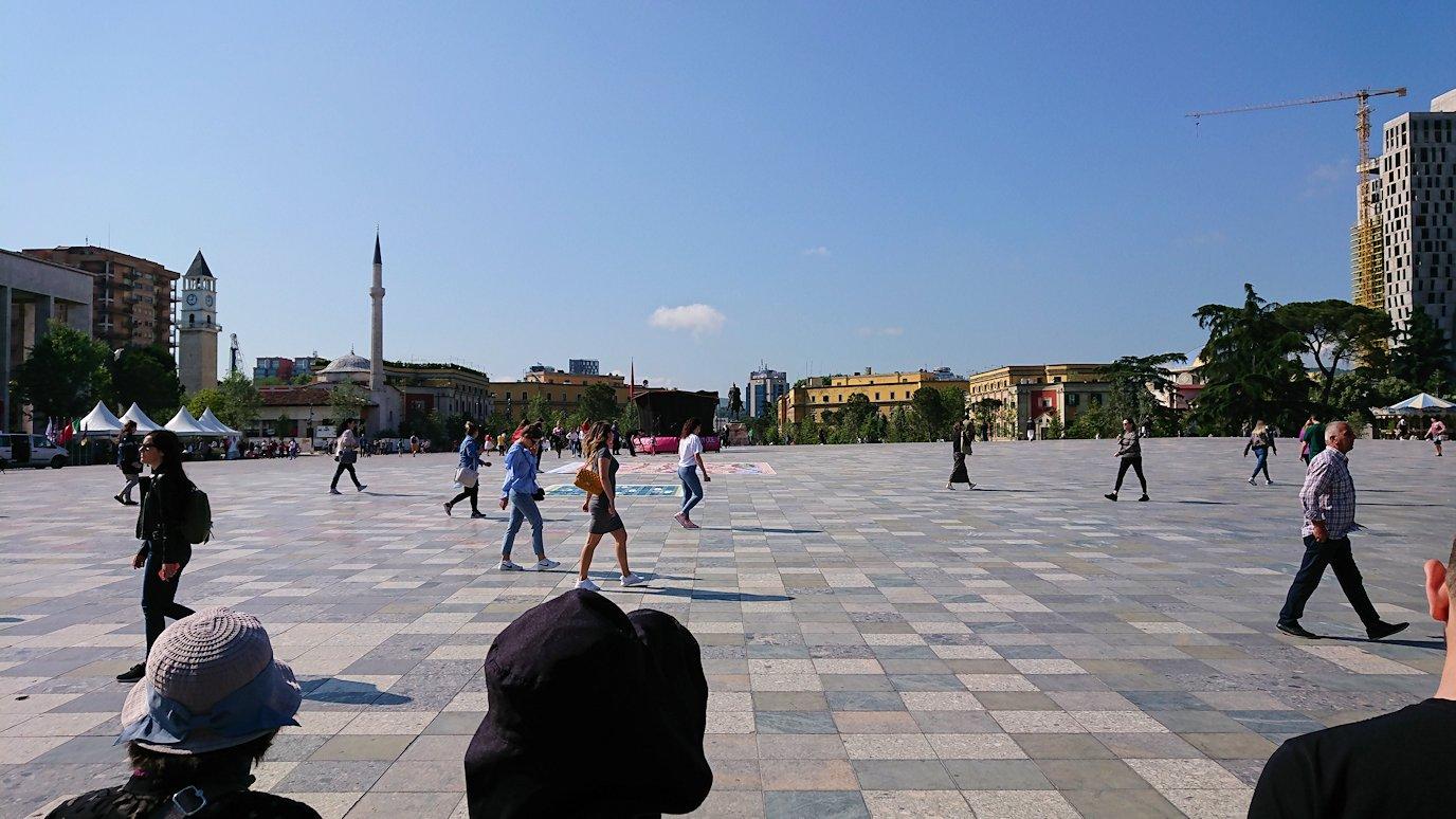 アルバニアで首都ティラナのスカンデルベグ広場で観光スタート1