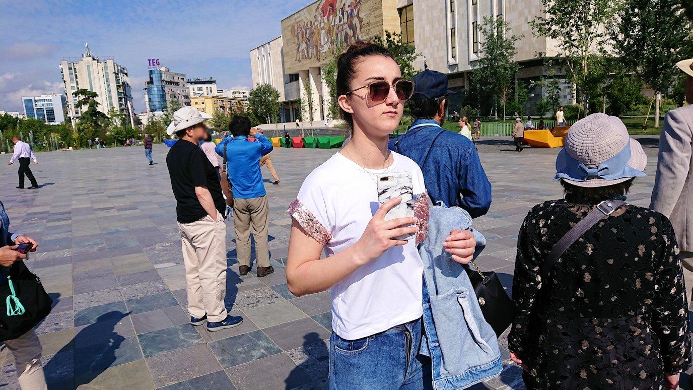 アルバニアで首都ティラナのスカンデルベグ広場で観光スタート2