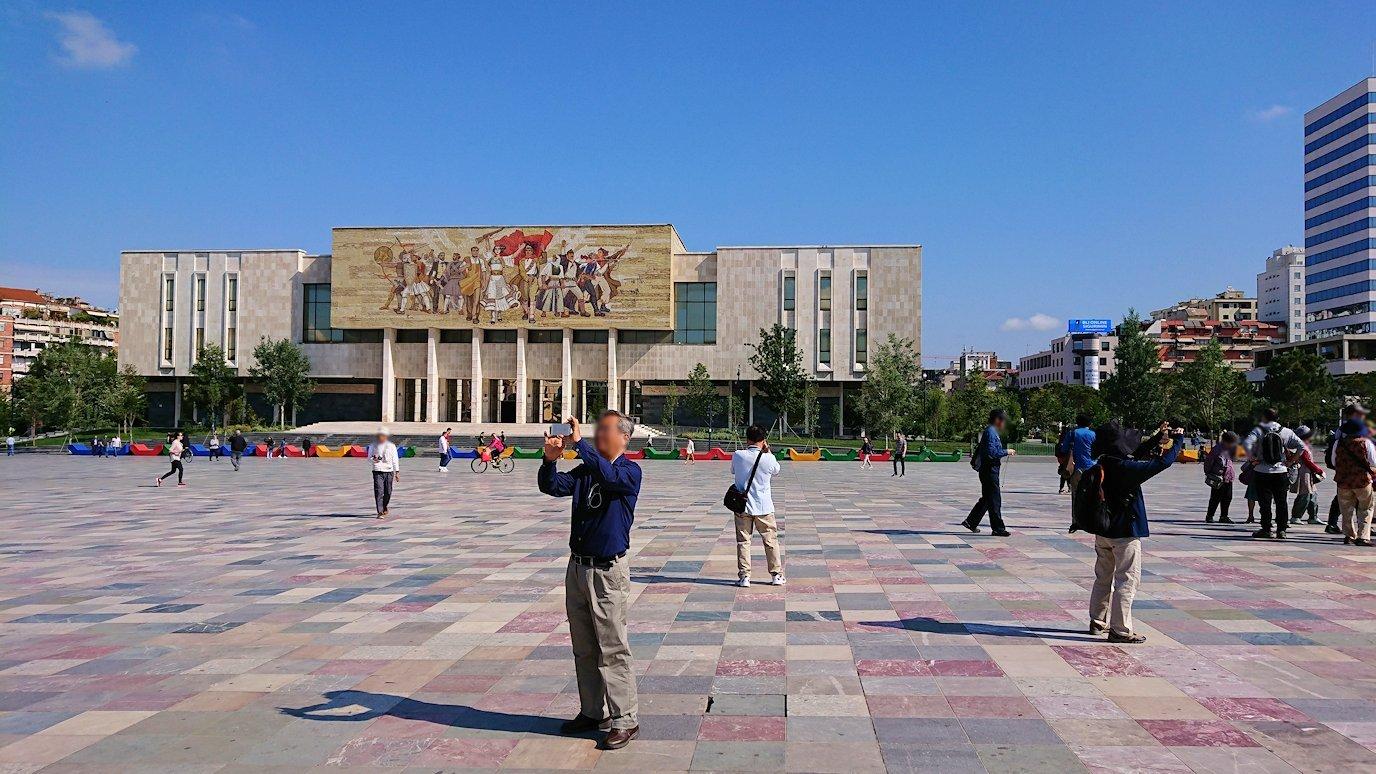 アルバニアで首都ティラナのスカンデルベグ広場で観光スタート3