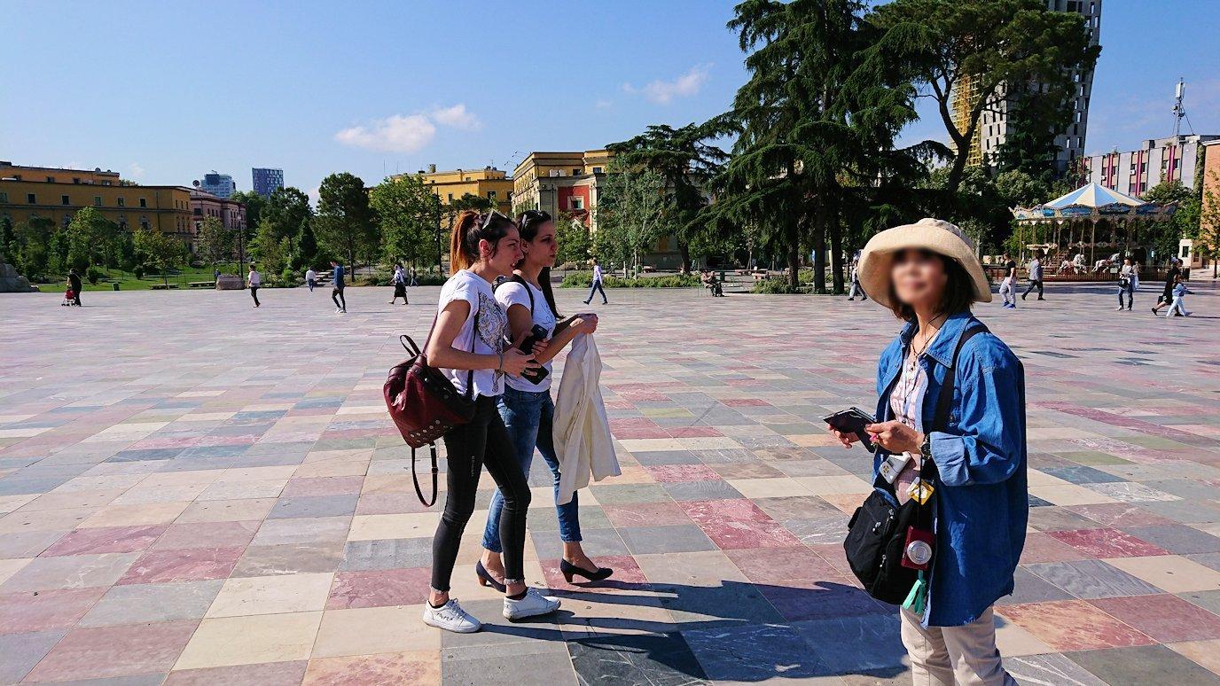 アルバニアで首都ティラナのスカンデルベグ広場で観光スタート4