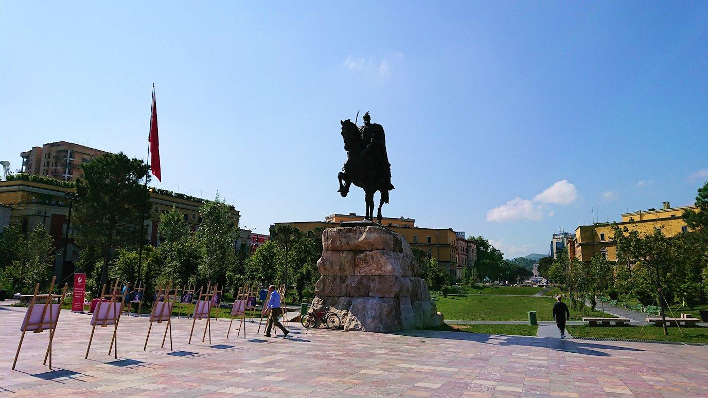 アルバニアで首都ティラナのスカンデルベグ広場で観光スタート5