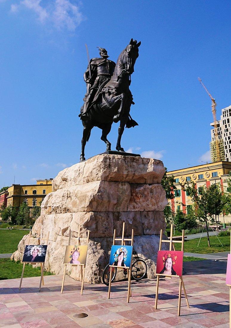 アルバニアで首都ティラナのスカンデルベグ広場で観光スタート6