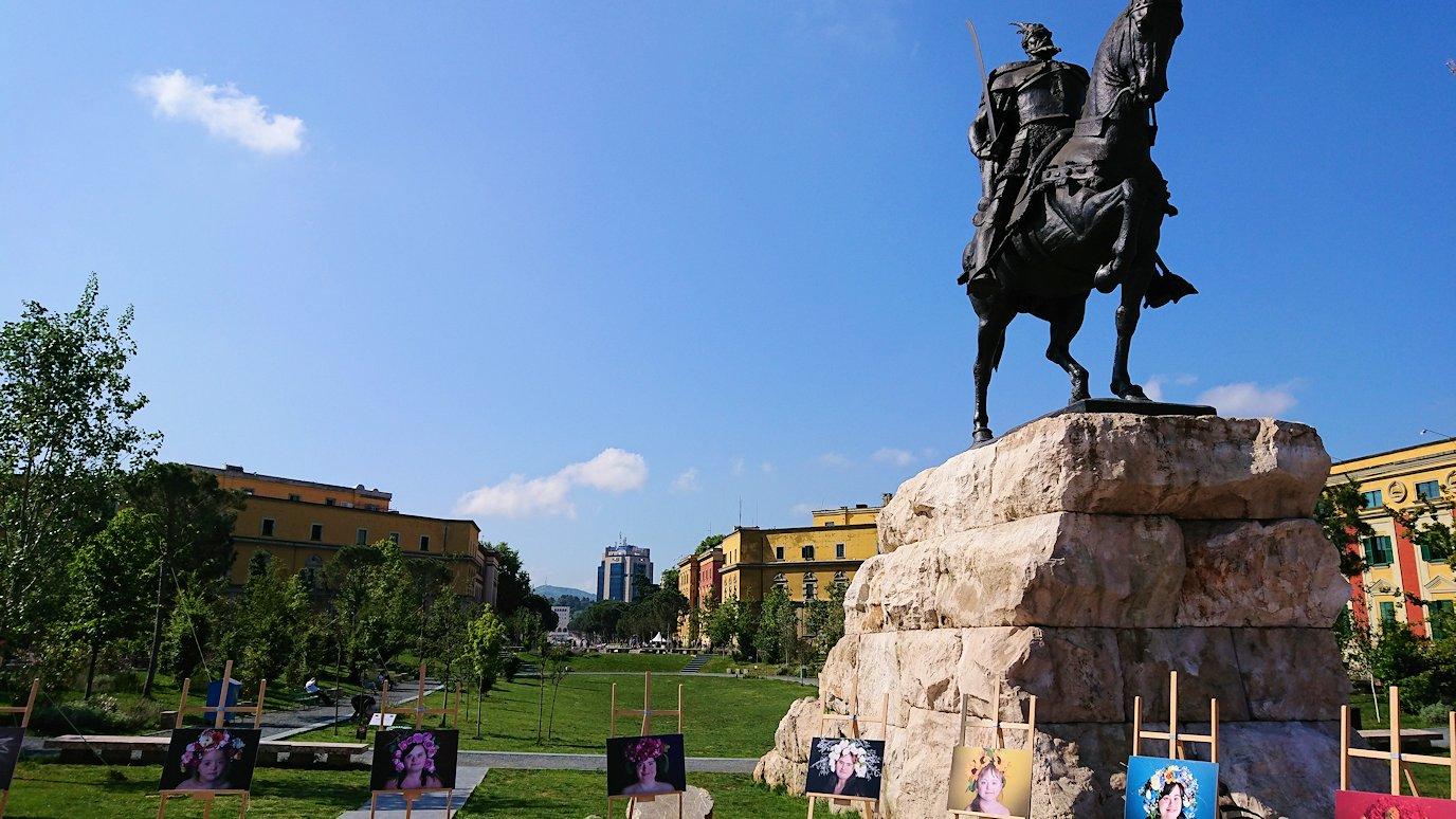 アルバニアで首都ティラナのスカンデルベグ広場で観光スタート7