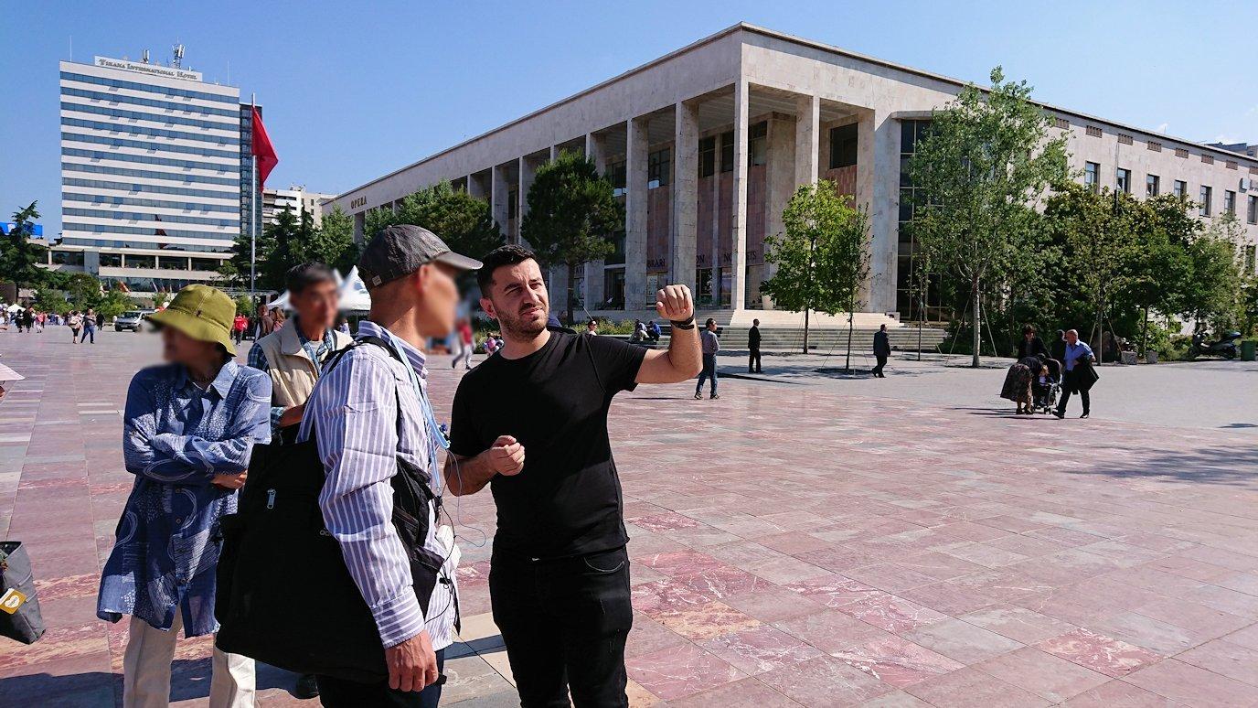 アルバニアで首都ティラナのスカンデルベグ広場で観光スタート8