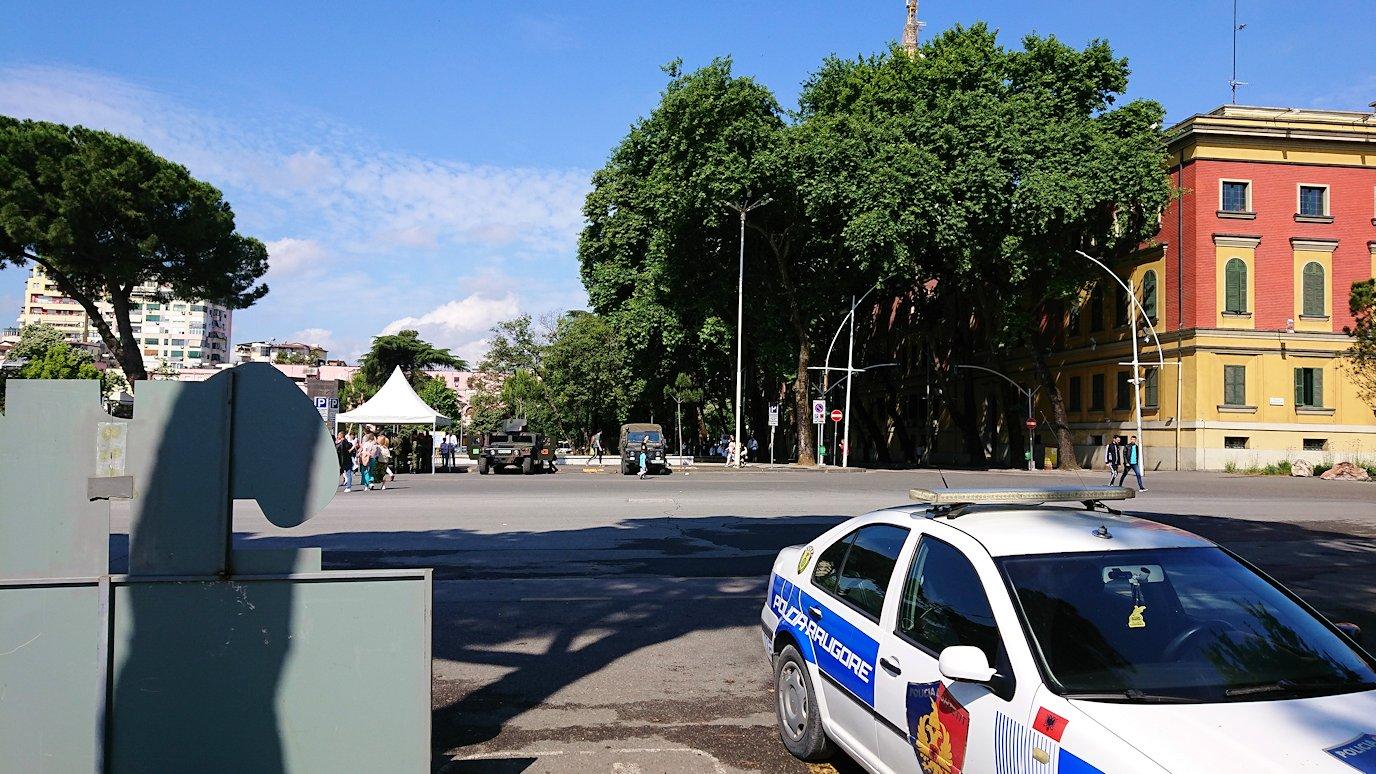 アルバニアで首都ティラナのメイン通りでのイベントを見物1