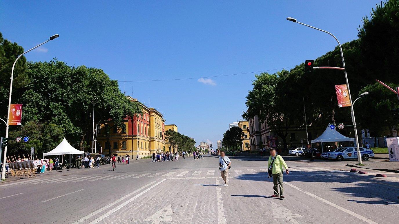 アルバニアで首都ティラナのメイン通りでのイベントを見物5