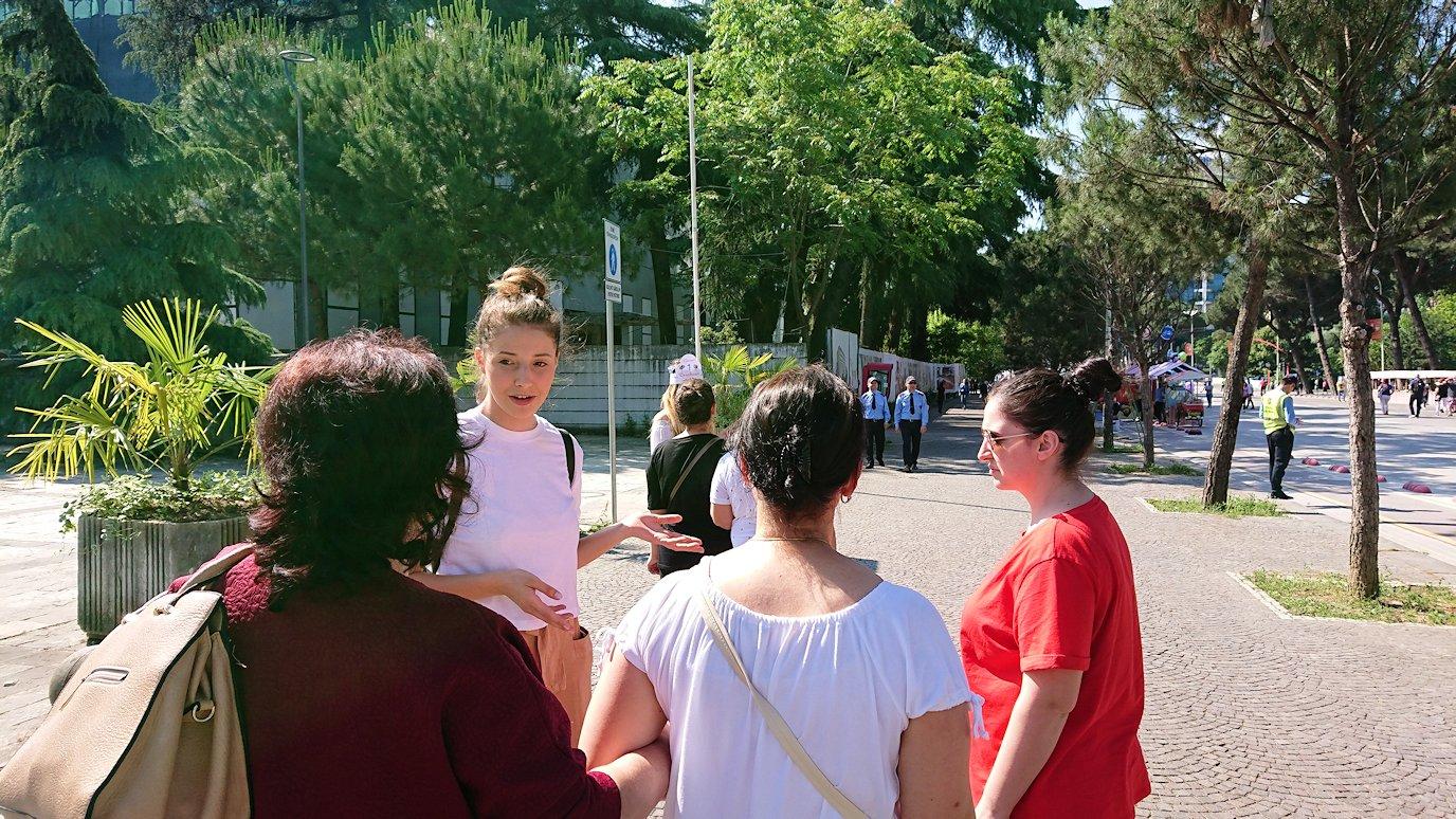 アルバニアで首都ティラナのメイン通りでのイベントを見物8