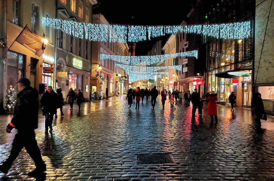 エストニアの首都タリン旧市街地の入口でもあるヴィル門を入って進んで行く
