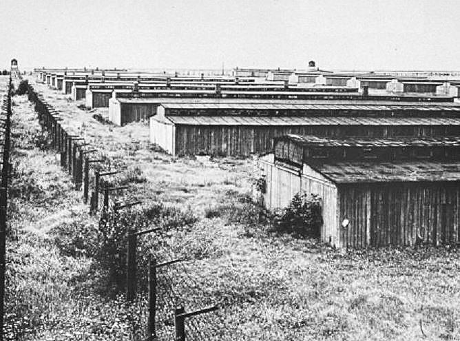 アウシュヴィッツ・ビルケナウ強制収容所(Auschwitz-Birkenau)の昔の姿で立ち並ぶバラックが見える