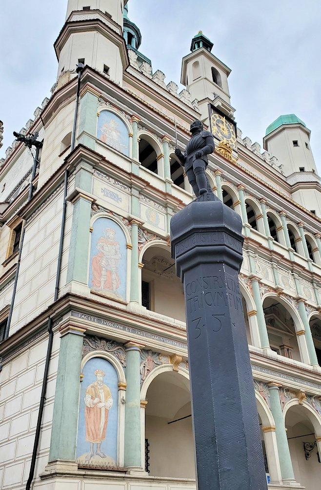 ポズナン旧市街地の広場にある旧市庁舎と像と