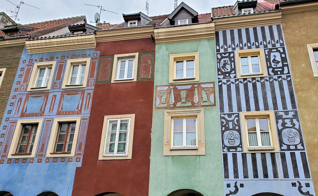 ポズナン旧市街地の広場に並ぶお洒落で可愛い家をアップで眺める