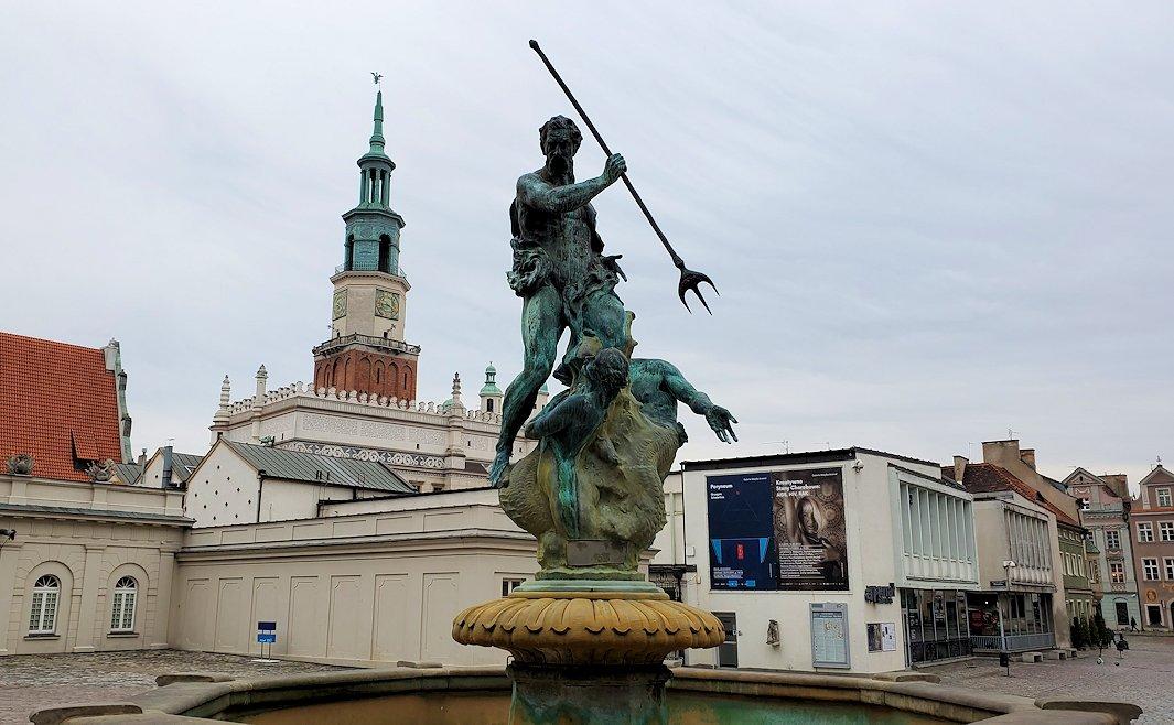ポズナンの旧市街地広場にあるポセイドンの像