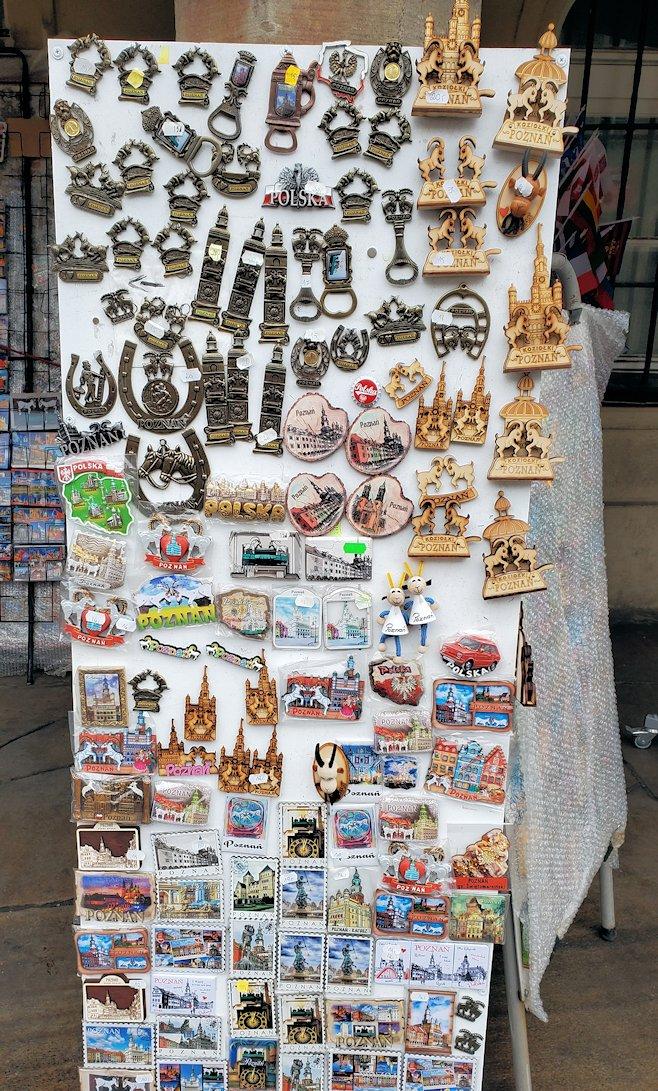 ポズナンの旧市街地広場でお土産を物色