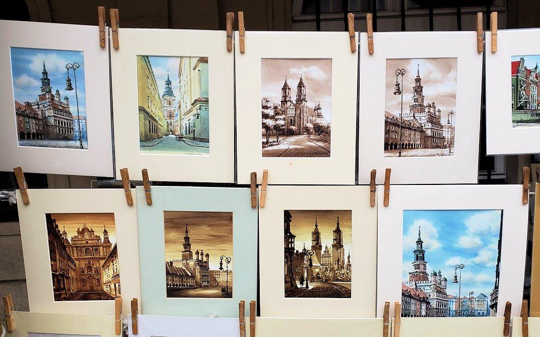 ポズナンの旧市街地広場でお土産を物色する
