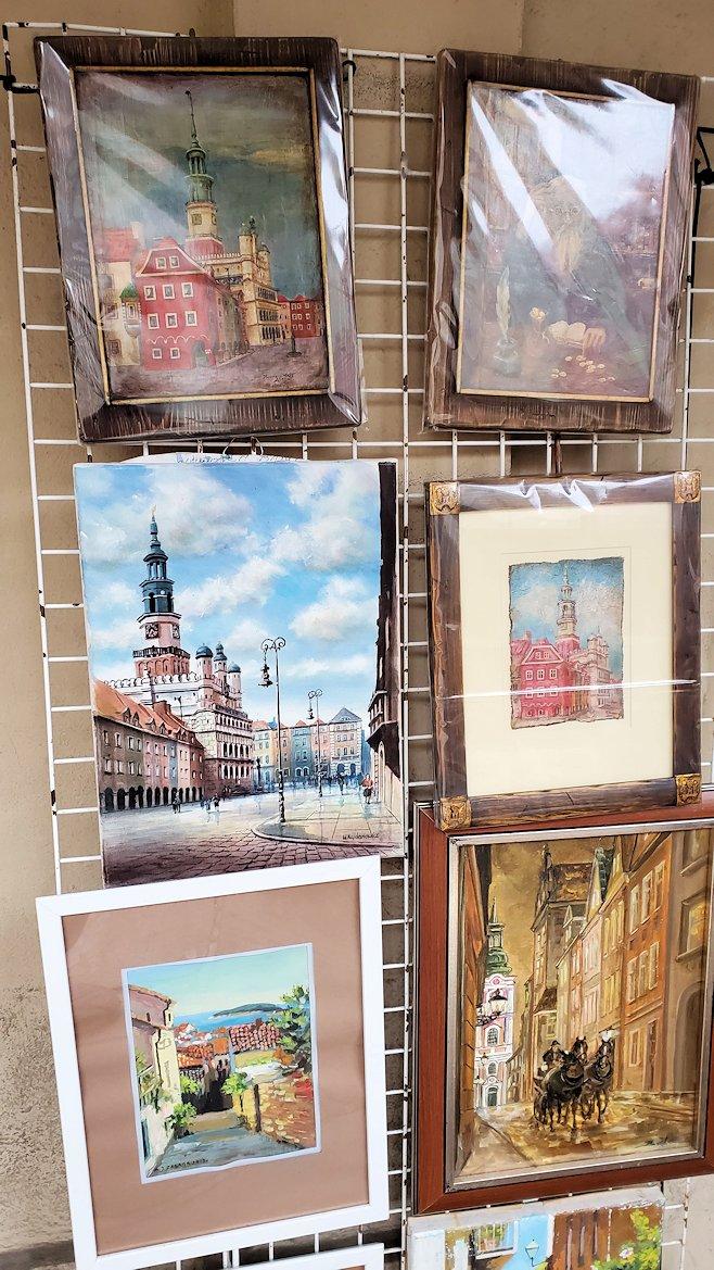 ポズナンの旧市街地広場でお土産の絵画