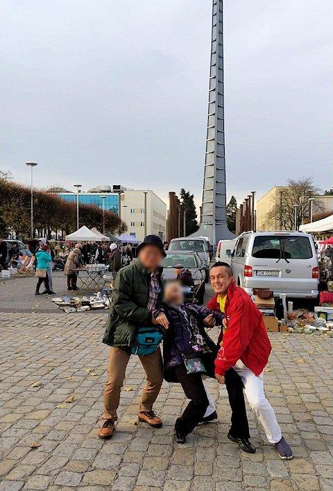 ヴロツワフの百年記念会館の前で別ポーズで記念撮影