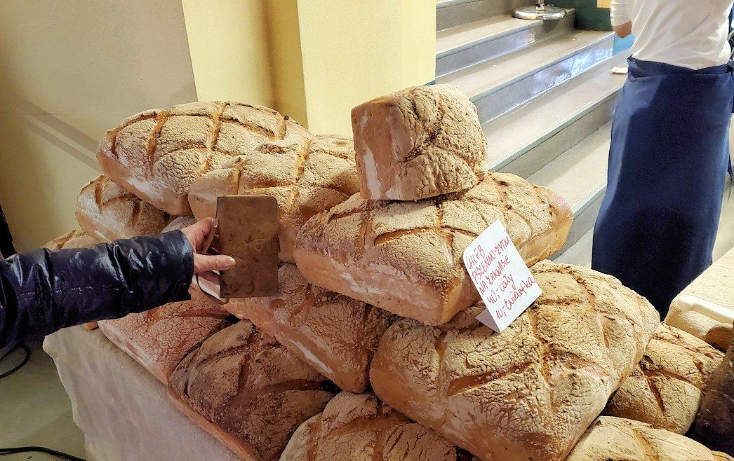 ヴロツワフの百年記念会館の中にある露店でパンが置いてある大きさ